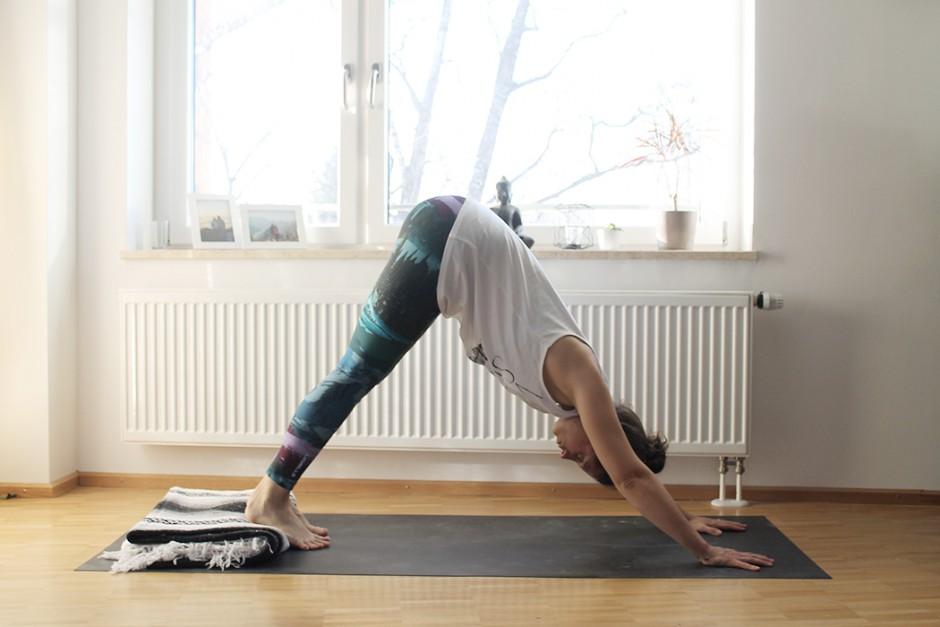 wildandfit-yoga-decke-hilfsmittel-unterstuetzen-herabschauender-hund