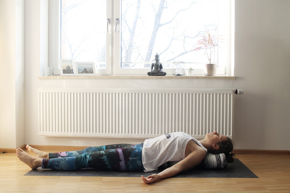 wildandfit-yoga-decke-hilfsmittel-unterstuetzen-savasana