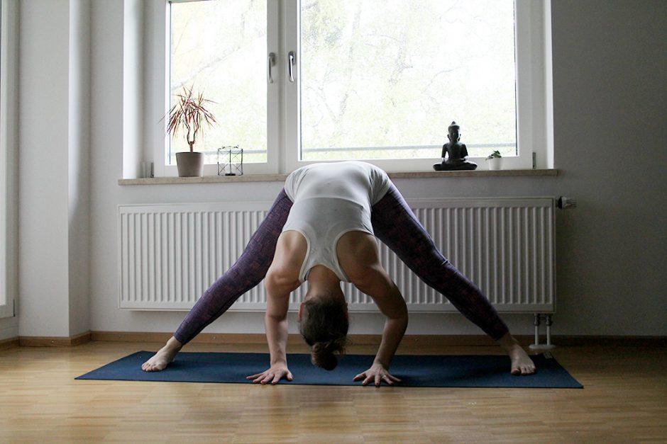 wildandfit_wandern_yoga_vorbereitung_beine-wide